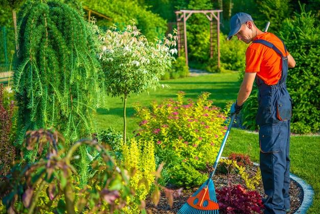 Rastrillar en el jardín Foto gratis