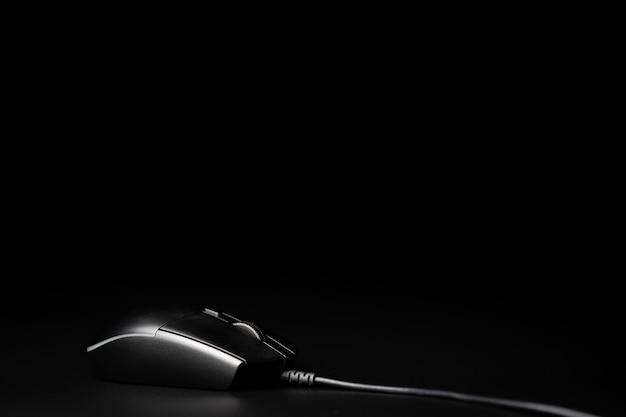 Ratón de la computadora aislado en fondo negro Foto Premium