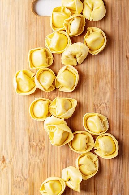 Ravioles italianos tradicionales crudos Foto Premium