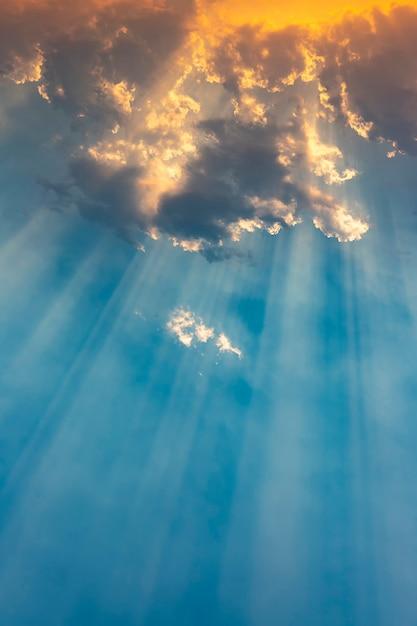 Rayo de sol atravesando las nubes al atardecer. Foto Premium