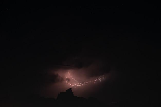 Rayo en la tormenta de lluvia en la noche Foto Premium