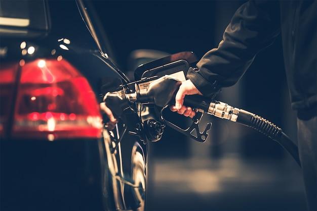 Reabastecimiento de combustible del coche Foto Gratis