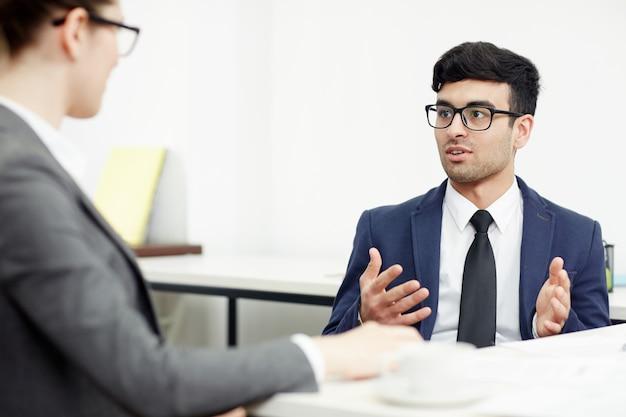 Realización de negociaciones en la sala de juntas Foto gratis