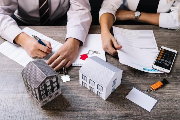 Realtor y el cliente firman documentos Foto Premium
