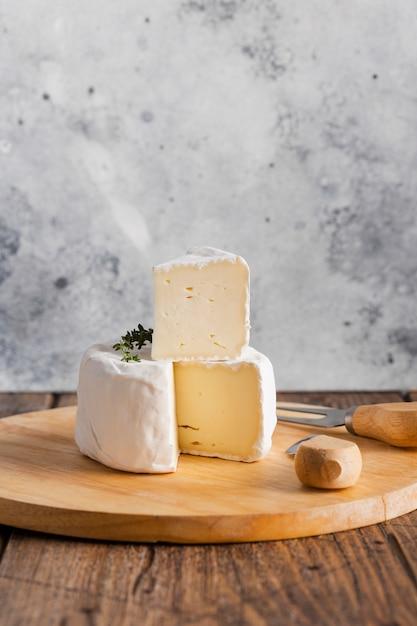 Rebanada de camembert en la parte superior del rollo Foto gratis