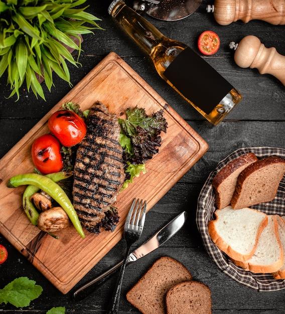 Rebanada de carne finamente asada con verduras Foto gratis