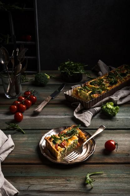 Rebanada de delicioso quiche casero Foto Premium