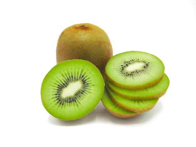 Rebanada de fruta de kiwi deliciosa y sana jugosa fresca, aislada en el fondo blanco. Foto Premium