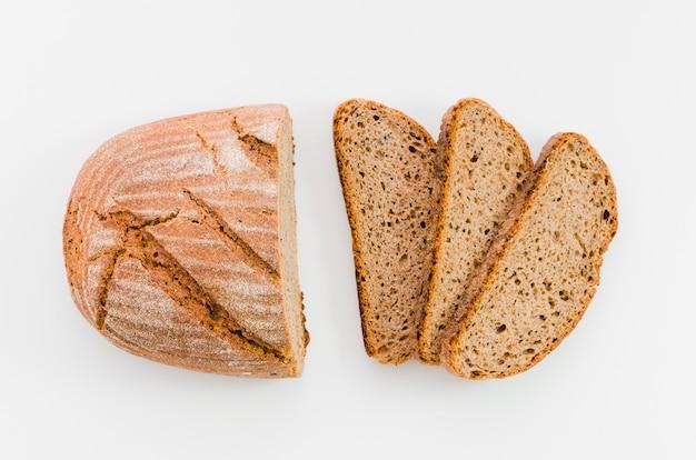 Rebanada de pan con fondo de color Foto gratis