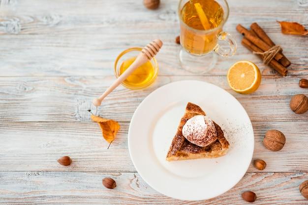 Rebanada de pastel delicioso con espacio de copia Foto gratis