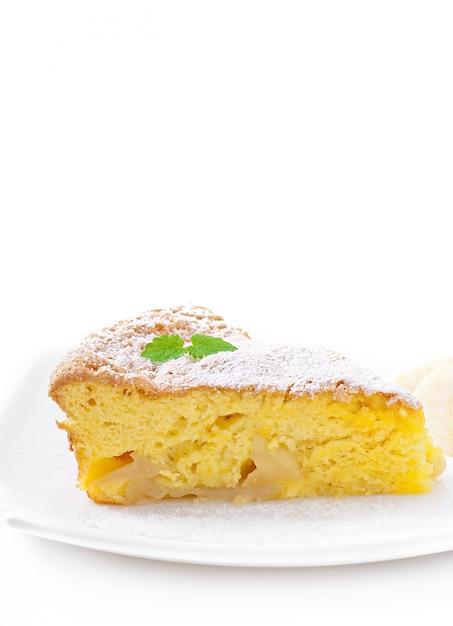 Rebanada de pastel de manzana en un plato decorado con hojas de menta Foto gratis