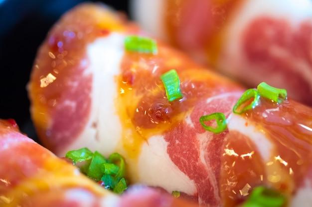 Rebanadas de cerdo kurobuta crudas en platos, para sukoyaki y yakiniku shabu olla caliente, comida japonesa Foto Premium