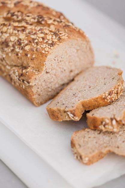 Rebanadas de pan de alto ángulo con semillas Foto gratis