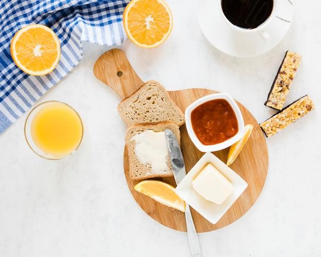 Rebanadas de pan con mantequilla y mermelada Foto gratis