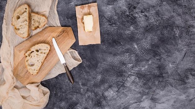 Rebanadas de pan y mantequilla sobre fondo negro Foto gratis