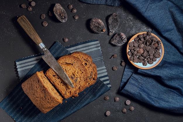 Rebanadas de pastel y chips de chocolate. Foto gratis