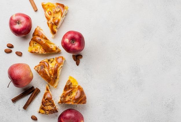 Rebanadas de pastel de manzana fresca con canela y copia espacio Foto gratis