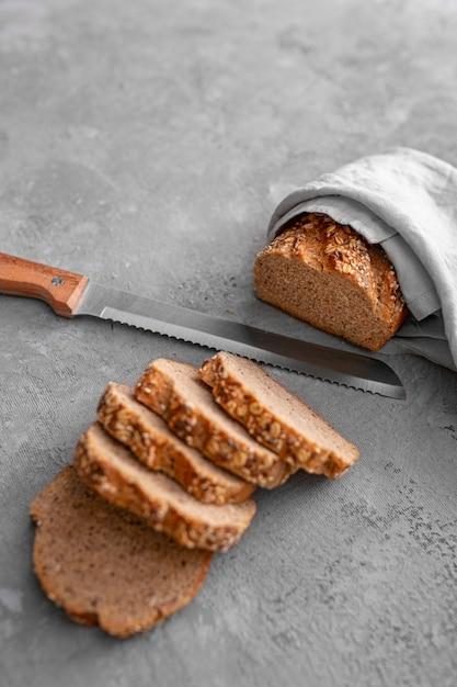 Rebanadas planas de pan con cuchillo Foto gratis