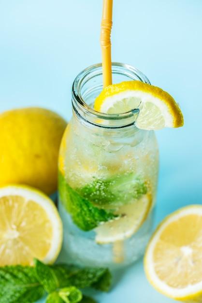 Receta de agua infusión de menta limón Foto gratis