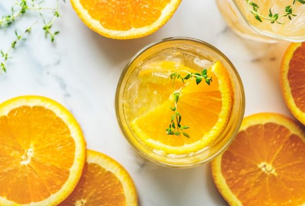Receta de agua infusión de naranja y tomillo Foto gratis