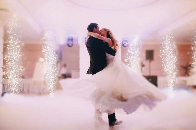 Recién casados apasionados bailando Foto gratis