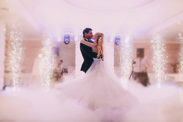 Recién casados bailando juntos Foto Gratis