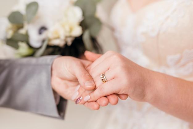 Recién casados intercambiándose anillo Foto gratis