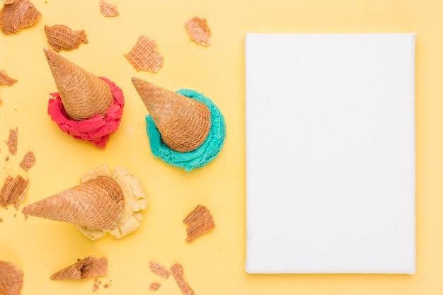 Recoja los brillantes waffles agrietados de helado de fruta y la hoja de papel Foto gratis