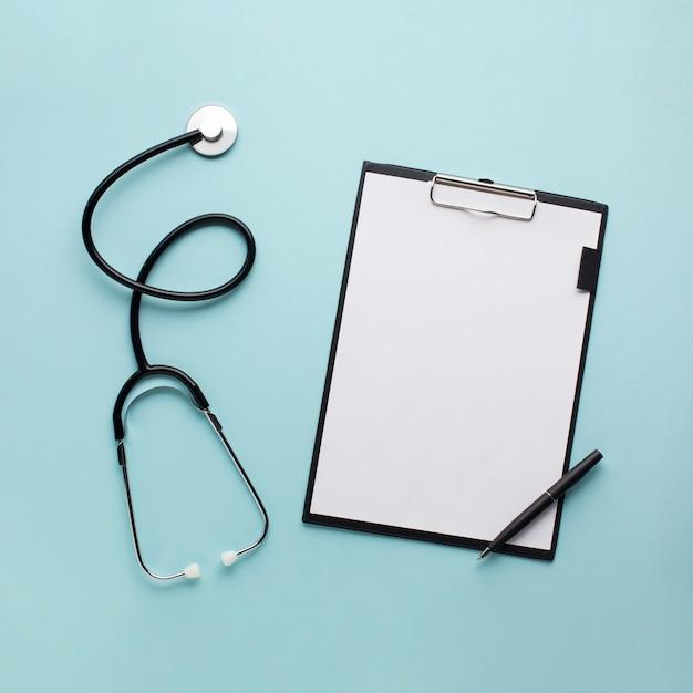 Recolección de equipos médicos sobre el escritorio del médico. Foto gratis