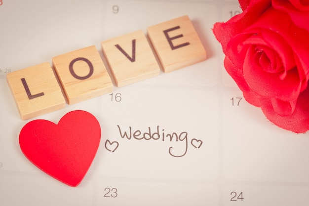 181021b227d1 Recordatorio día de la boda en la planificación del calendario y la carta  de amor en madera con tono de color.