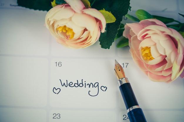 Recordatorio día de la boda en la planificación del calendario y pluma estilográfica con tono de color. Foto Premium