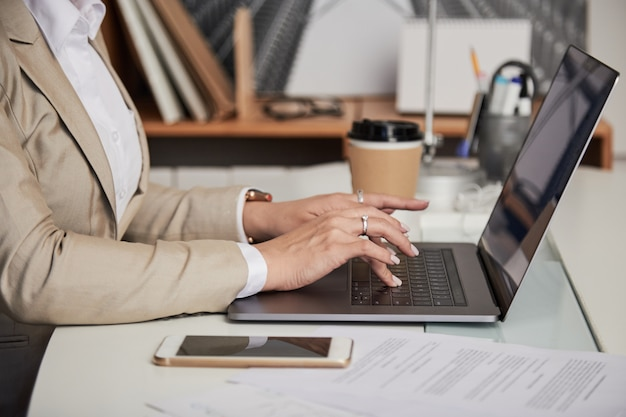 Recortar empresaria usando laptop Foto gratis