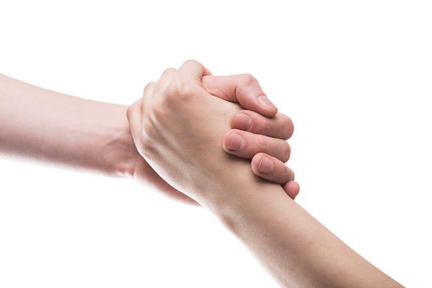Recortar las manos en un agarre firme Foto gratis