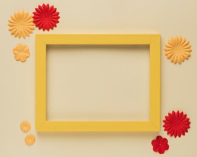 Recorte de flor de papel hermoso y borde de marco de madera sobre fondo beige Foto gratis