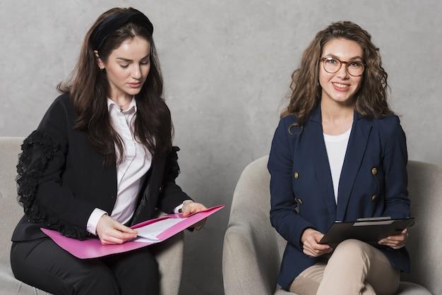 Recursos humanos mujeres con contrato y currículum Foto Premium