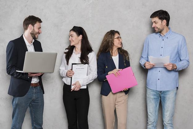 Recursos humanos personas con computadoras portátiles y contratos Foto Premium