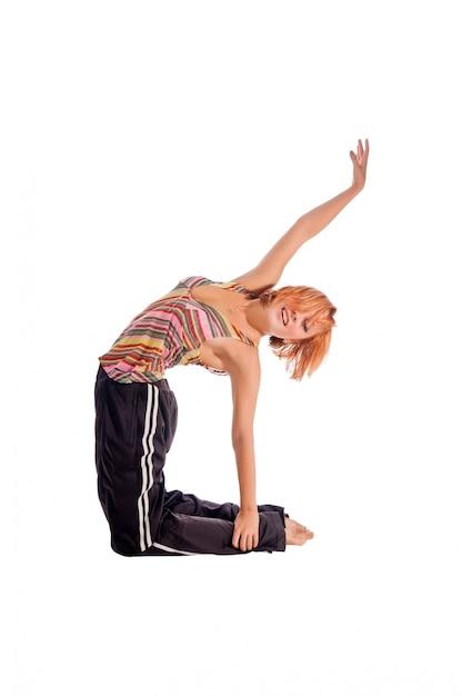 Red chica de pelo realizar ejercicios de fitness Foto gratis