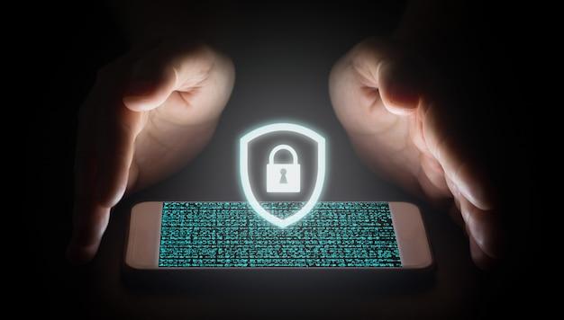 Red de protección de la mano del hombre con el icono de candado blanco y pantallas virtuales en el teléfono inteligente. Foto Premium