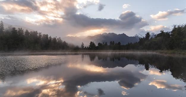 Refección De La Vista Del Lago De Nueva Zelanda Con El Cielo Del