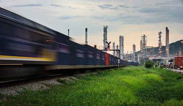 Refinería industria petrolera y petrolera zona de fábricas y contenedores. Foto Premium