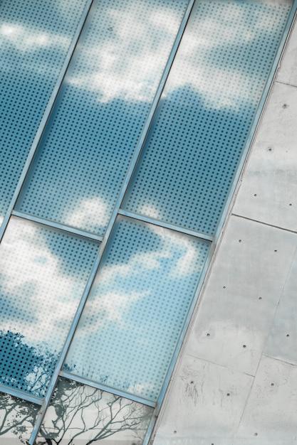 Reflejo de un cielo nublado en la ventana Foto gratis