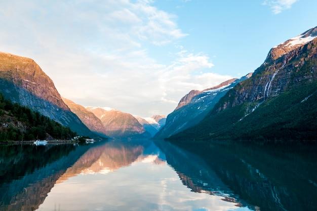 Reflejo de montañas rocosas y cielo en hermoso lago Foto gratis