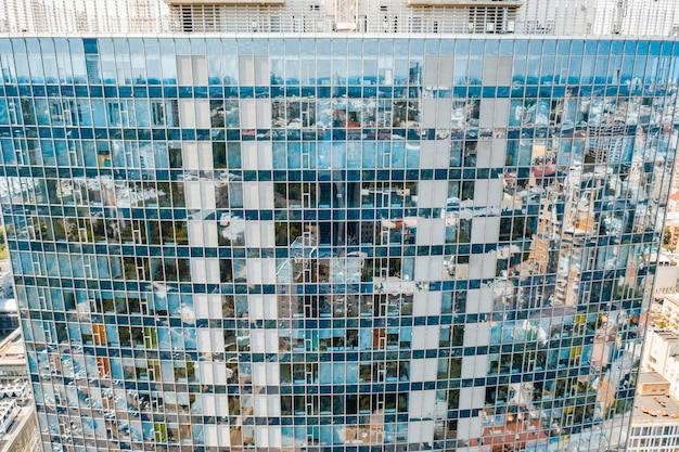 Reflexión de la calle en fachada de edificio de acero de vidrio Foto gratis