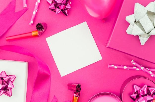 Regalo de cumpleaños con fondo de color Foto gratis