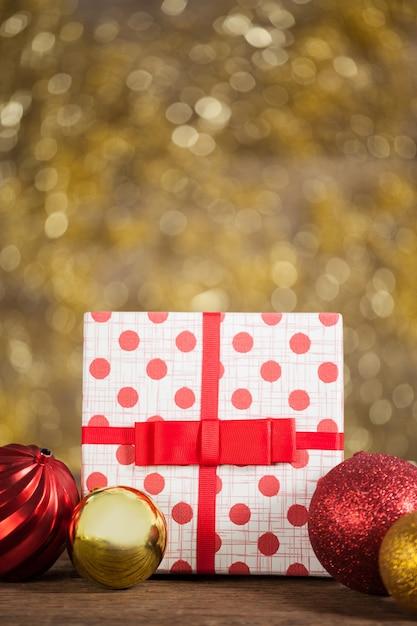 Regalo de navidad con bolas de navidad de colores - Bola de navidad con foto ...
