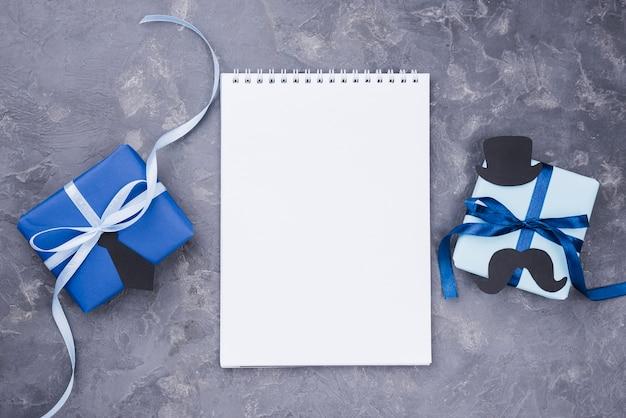 Regalo del día del padre con el bloc de notas blanco cintas Foto gratis