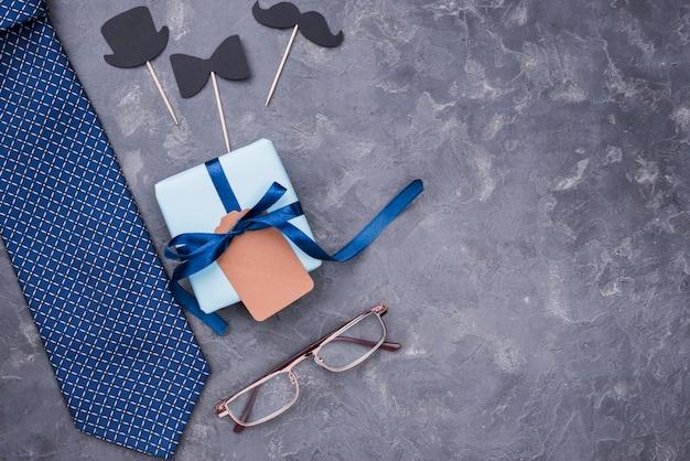 Regalo del día del padre con cintas con gafas Foto gratis