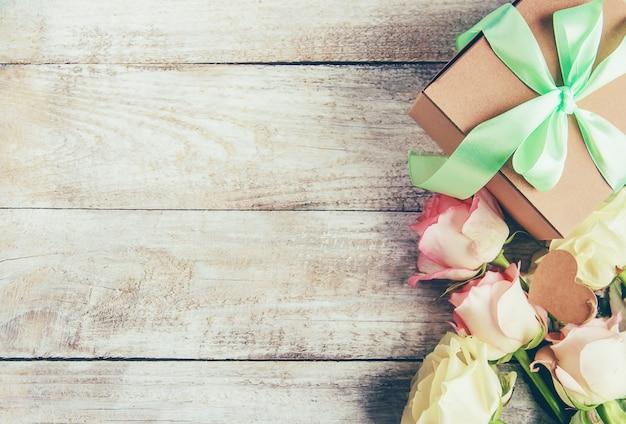 Regalo y flores. enfoque selectivo holideys y eventos. Foto Premium