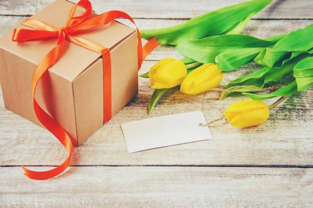 Regalo y flores. enfoque selectivo Foto Premium