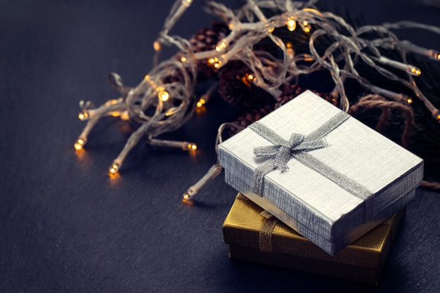 Regalo de navidad sobre fondo de cerámica negra Foto Premium